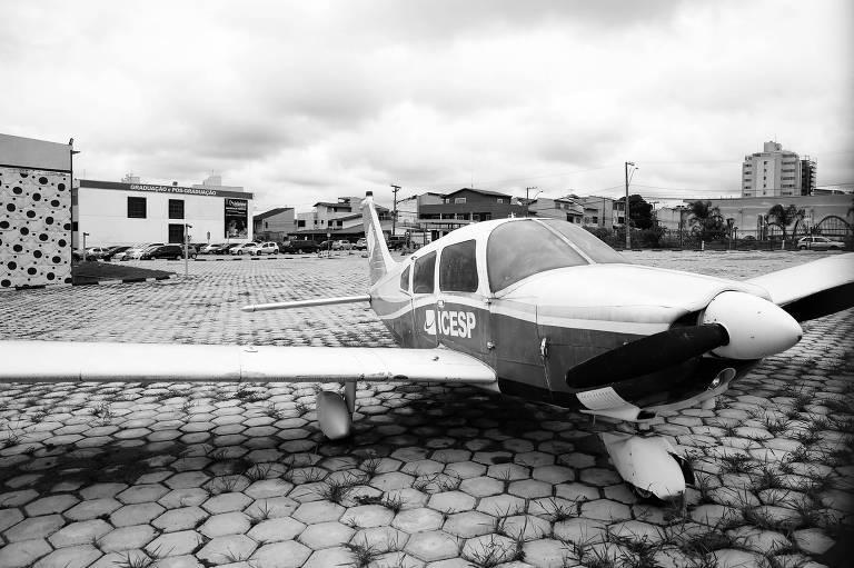 Avião em unidade de instituição educativa no Distrito Federal suspeita de irregularidades com bolsas