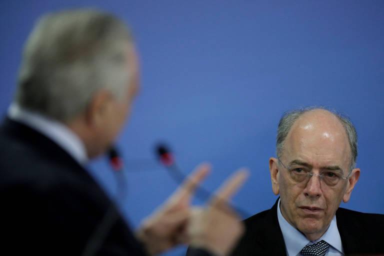 O presidente da Petrobras, Pedro Parente, observa discurso do presidente Michel Temer