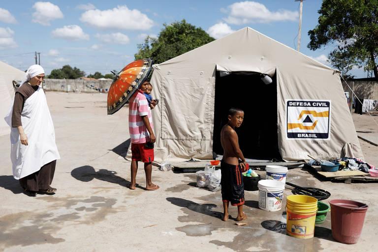 Grupo de missionários ajuda indígenas da etnia warao que migraram do leste da Venezuela para Pacaraima (RR)