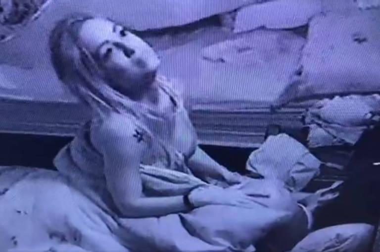 Lucas trai noiva e troca 'carinhos sexuais' com Jéssica na cama