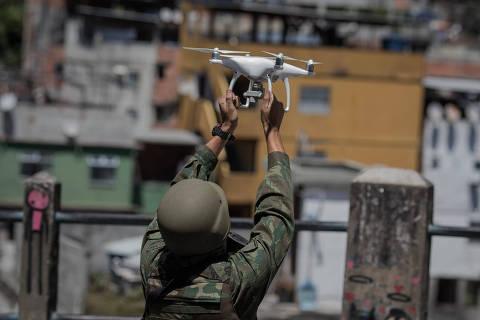 RIO DE JANEIRO, RJ, 26.09.2017: SEGURANÇA-RIO - Soldados do Exército utilizam drone para fazer vistoria na favela da Rocinha na zona sul do Rio de Janeiro. (Foto: Eduardo Anizelli/Folhapress)