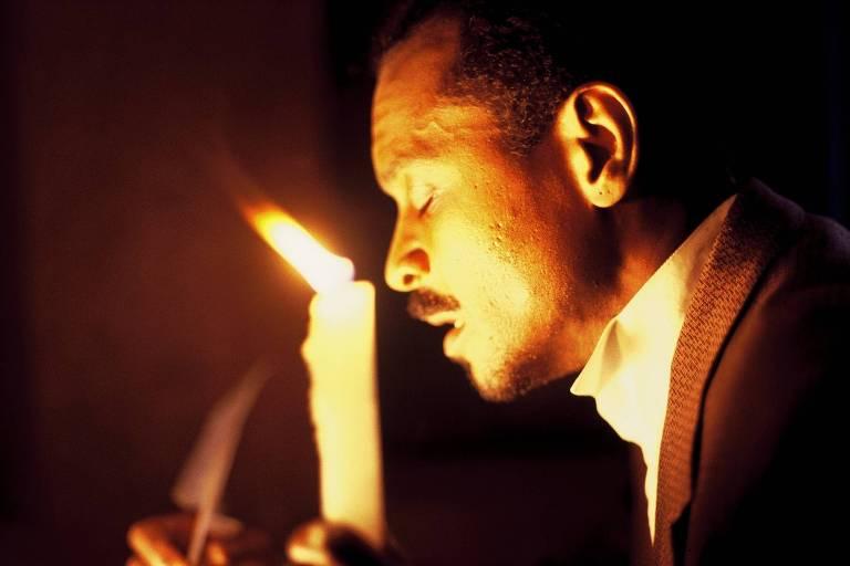 homem negro com vela