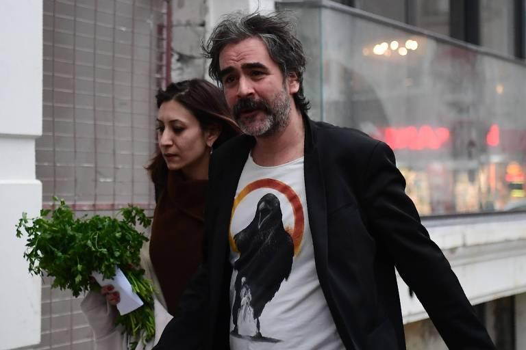 O jornalista Deniz Yucel chega a sua casa ao lado da mulher, Dilek Mayatürk, em Istambul, após deixar a prisão