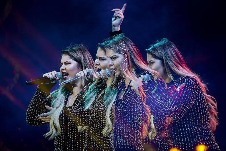 """Foto mostra a cantora Marília Mendonça em """"movimento"""" enquanto canta, com quatro poses diferentes"""