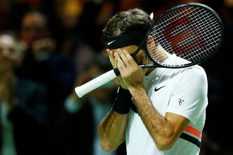 O suíço Roger Federer se emociona ao bater o holandês Robin Haase no torneio de Roterdã