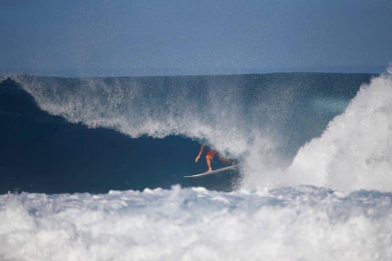 Joel Parkinson pega tubo durante etapa de Pipeline do Mundial de surfe