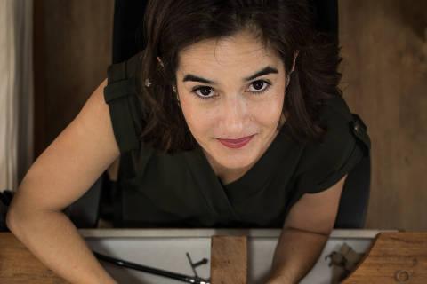 SÃO PAULO, SP, BRASIL, 15-02-2018: A designer Lyssandra Macedo (47), que  é dona de uma joalheria artesanal e tem uma loja virtual que utiliza meios digitais para receber pagamentos. (Foto: Bruno Santos/ Folhapress) *** FSP-ESPECIAIS *** EXCLUSIVO FOLHA***