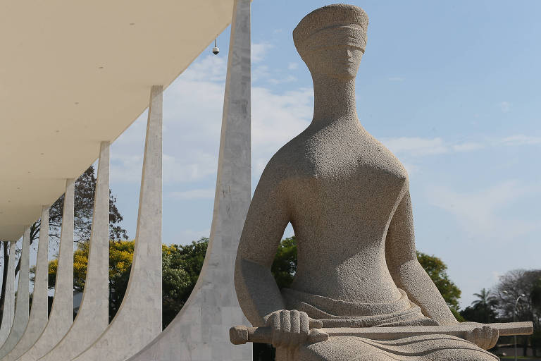 Estátua representativa da Justiça, em frente a sede do STF (Supremo Tribunal Federal), em Brasília, (DF)