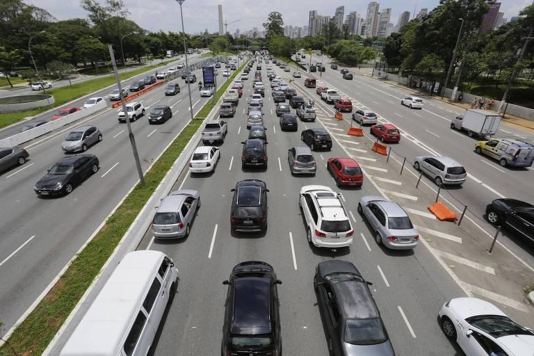 Trânsito congestionado na av. 23 de maio, zona sul de São Paulo