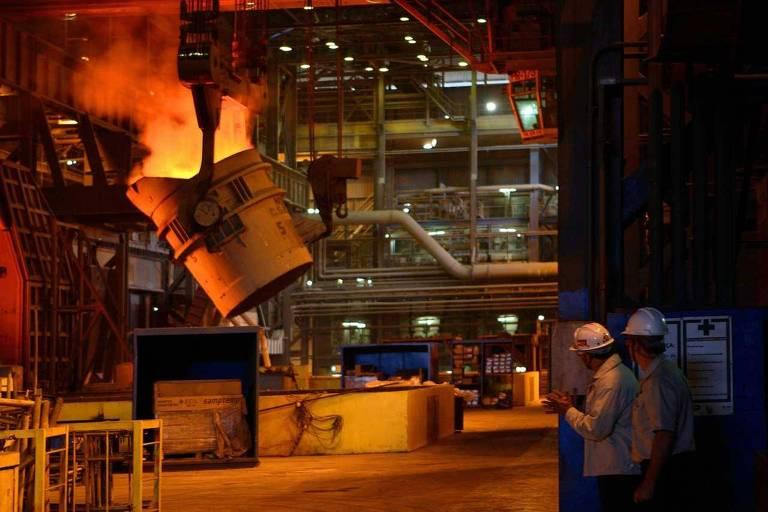Unidade da CSN, onde é feita a transformação de ferro líquido em aço líquido, em Volta Redonda (RJ)
