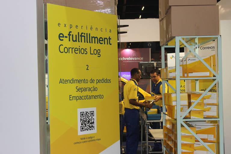 Funcionários dos Correios participam de evento de e-commerce, em São Paulo, em 2017
