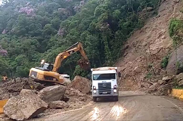 Quedas de barreiras interditaram a rodovia Mogi-Bertioga, em fevereiro deste ano