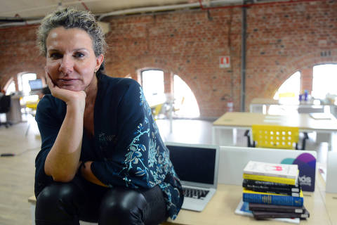 PORTO ALEGRE, RS, 09.01.2015: MERCADO- Luciana Stein, que atua em tendencias no mercado de Luxo, no escritorio de coworking, no Shopping Total em Porto Alegre,RS Foto: Edu Andrade/Folhapress ***EXCLUSIVO FOLHA***