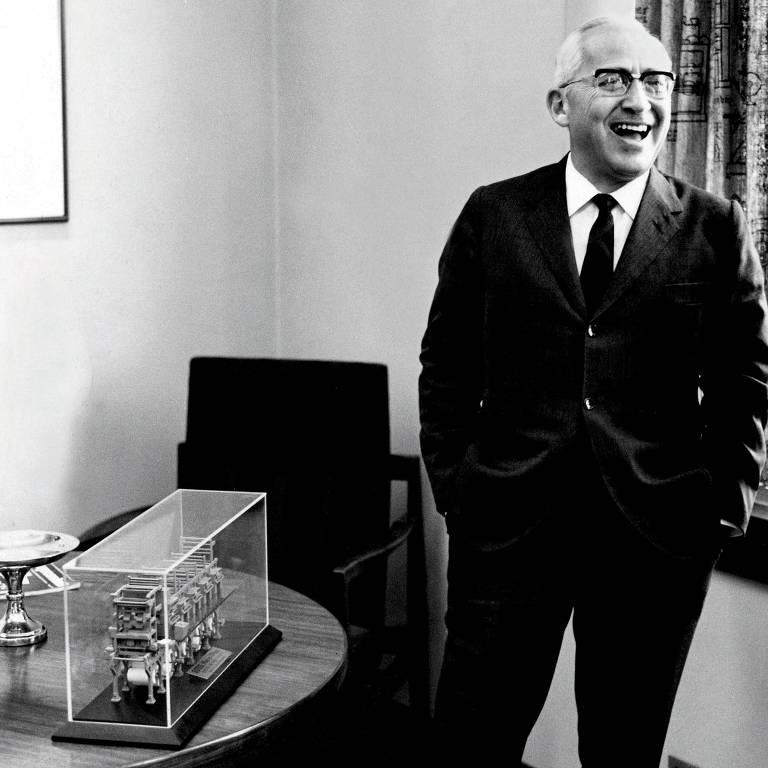 Octavio Frias de Oliveira, publisher da Folha de S.Paulo, diante de maquete das máquinas rotativas Goss