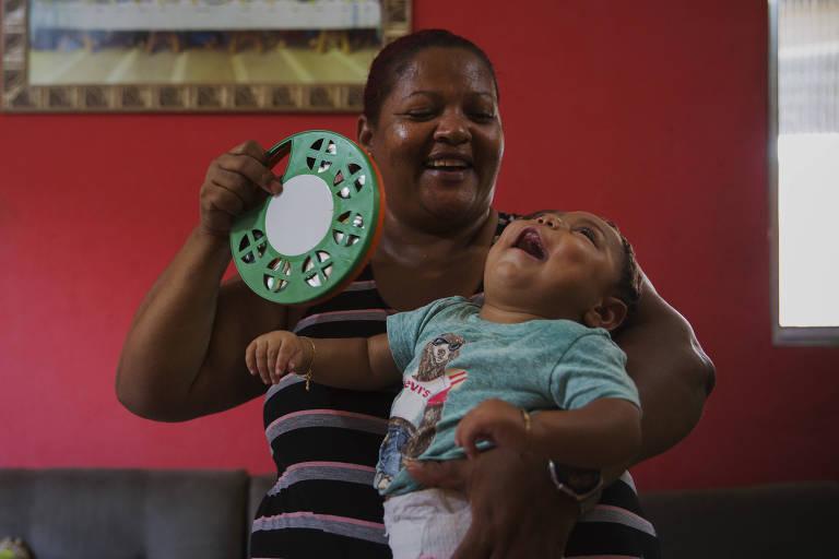 Valéria Gomes Ribeiro e o menino João Lucas da Silva Soares,  que nasceu com microcefalia, em Paulista (PE)