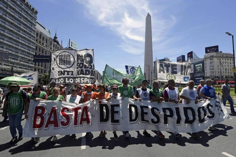 Com faixa 'chega de demissões', servidores públicos protestam em Buenos Aires contra cortes no funcionalismo