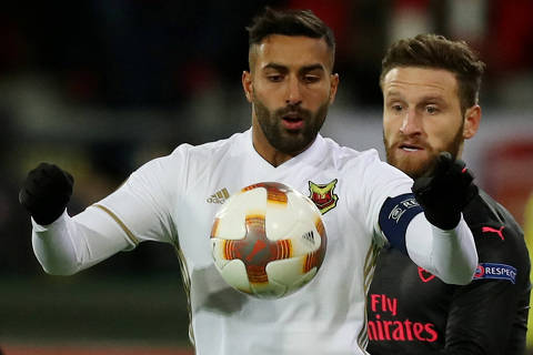 Soccer Football - Europa League Round of 32 First Leg - Ostersunds FK vs Arsenal - Jamtkraft Arena, Ostersund, Sweden - February 15, 2018   Ostersunds FK's Saman Ghoddos in action with Arsenal's Shkodran Mustafi   Action Images via Reuters/Peter Cziborra ORG XMIT: AI