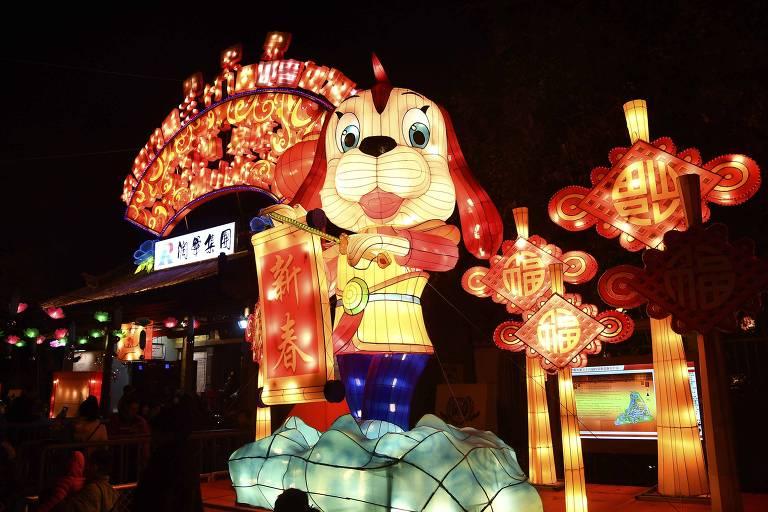 Cão é um dos destaque de decoração na cidade de Jinan, no leste da China