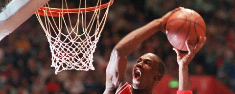 ORG XMIT: 253101_1.tif Basquete masculino - NBA 1997: Michael Jordasn, do Chicago Bulls, participa de concurso de enterradas em Seattle.