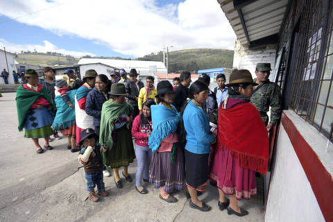 People queue outside a polling station set at a school in the Ecuadorean town of Cangahua, northeast of Quito, to cast their votes during a referendum called by President Lenin Moreno, on February 4, 2018. Ecuadoreans decide the political fate of former president Rafael Correa Sunday in a referendum called by his successor turned staunched opponent and expected to prevent him from returning to power.  / AFP PHOTO / Juan Ruiz