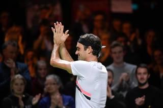 Número 1 do mundo, Federerbate italiano e vai à final em Roterdã