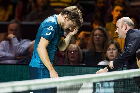 David Goffin of Belgium (L) reacts after an injury during his semi-final singles match against Grigor Dimitrov of Bulgaria for the ABN AMRO World Tennis Tournament in Rotterdam on February 17, 2018.  / AFP PHOTO / ANP / Koen Suyk / Netherlands OUT ORG XMIT: 55930612