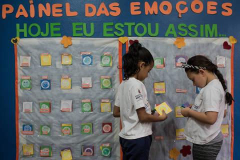SAO PAULO, SP, BRASIL, 07-12-2017, 14h30: Criancas mexem no