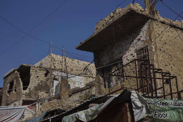 Construções com marcas de tiros nas paredes em uma rua do campo de refugiados palestinos Ein el Hilweh, em Sidon, no sul do Líbano