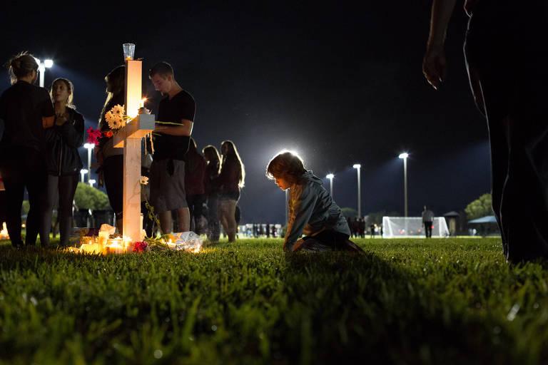 Vigília em homenagem a vítimas de massacre em Parkland, na Flórida