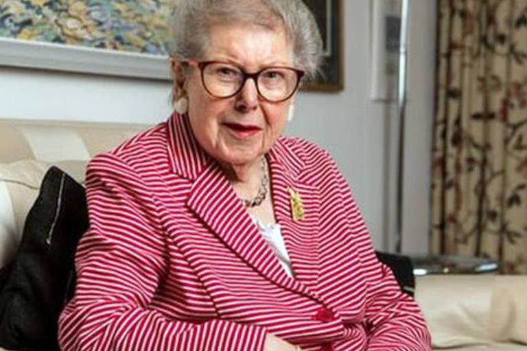 A ex-servidora inglesa Barbara Hoskins, 91 anos, que decidiu se assumir homossexual