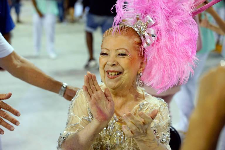 Beth Carvalho desfila na Mangueira no Carnaval de 2018