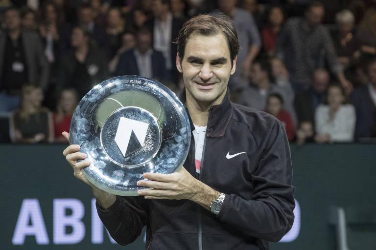 Roger Federer com o troféu de campeão do ATP de Rotterdam, na Holanda