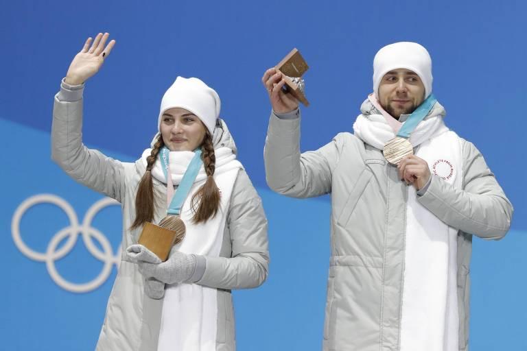 Alexander Krushelnytsky, investigado por doping nos Jogos de Pyeongchang, recebe a medalha de bronze que conquistou junto da mulher, Anastasia Bryzgalova, nas duplas mistas de curling