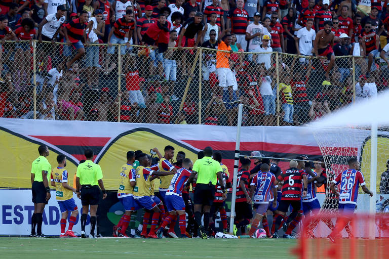 Jogadores de Bahia e Vitória brigam no gramado do estádio do Barradão