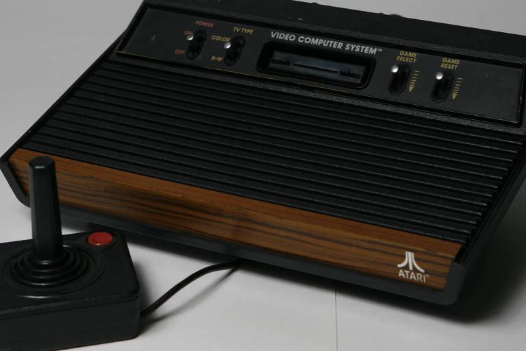 Imagem de um videogame antigo da marca Atari