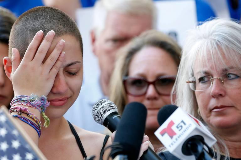 Emma Gonzalez se emociona ao falar sobre o ataque que matou 17 pessoas em sua escola, a Marjory Stoneman Douglas