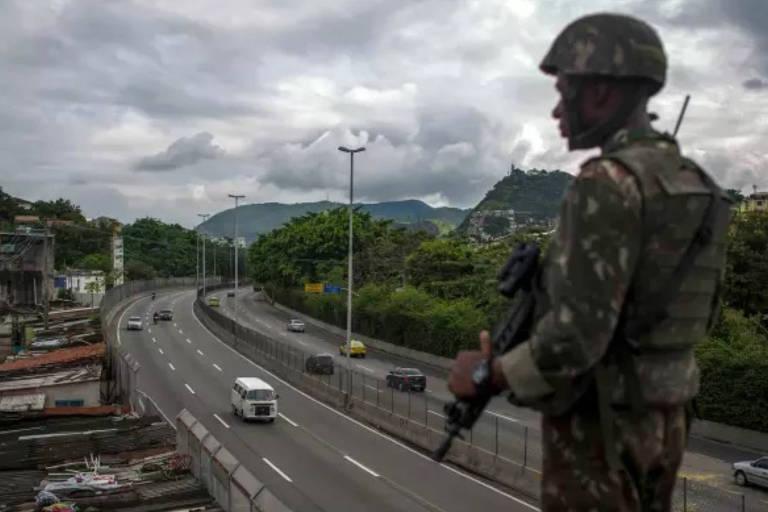 """Foto de soldado no Rio, usada para ilustrar reportagens sobre a intervenção militar em jornais como 'Financial Times"""" e 'Frankfurter Allgemeine Zeitung'"""