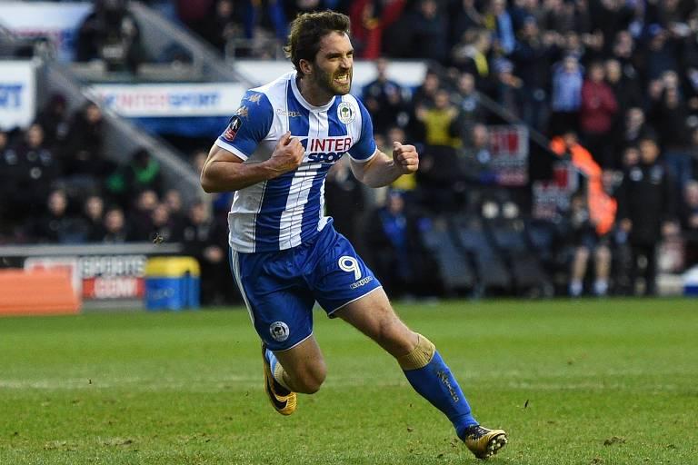 O atacante Will Grigg, do Wigan Athletic, comemora o segundo gol marcado por ele contra o West Ham, em jogo válido pela Copa da Inglaterra