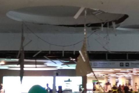 BRASILIA , DF , 18.02.2018 , BRASIL , Parte do teto do salão de embarque nacional do Aeroporto Internacional de Brasília Juscelino Kubitschek desabou na tarde deste domingo o acidente aconteceu por volta das 16h, próximo ao portão 17. Na hora em que a estrutura caiu, chovia muito na região segundo testemunhas, ao menos uma pessoa ficou ferida e recebeu atendimento de equipe médica. Credito  Crédito: Renan Durant / Arquivo pessoal DIREITOS RESERVADOS. NÃO PUBLICAR SEM AUTORIZAÇÃO DO DETENTOR DOS DIREITOS AUTORAIS E DE IMAGEM