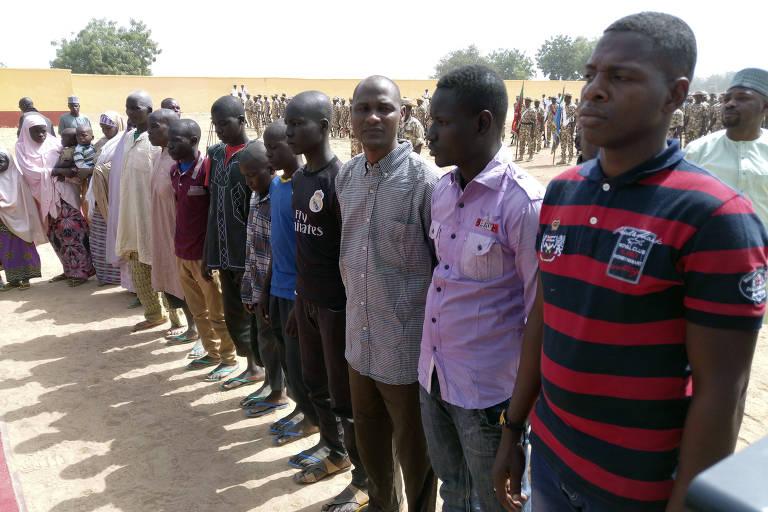 Pessoas libertadas pelo Exército da Nigéria são alinhadas em Maiduguri, em 15 de janeiro de 2018, quando 244 pessoas foram libertadas