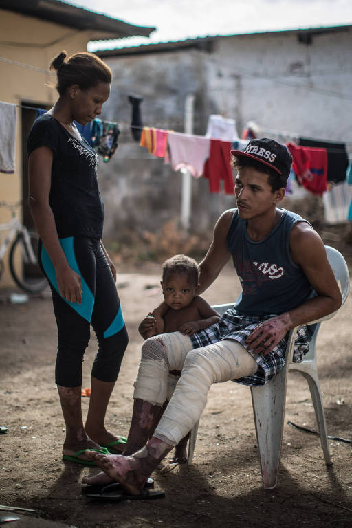 A imigrante venezuelana Yaditza Aristimuño, de 24 anos, com o marido Adelson Sanchez, 24 anos e o filho caçula Yohandelso, de 1 ano e 7 meses