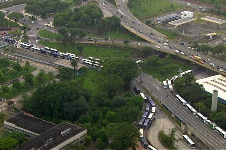 Ônibus parados durante protesto em Santo André, na Grande SP