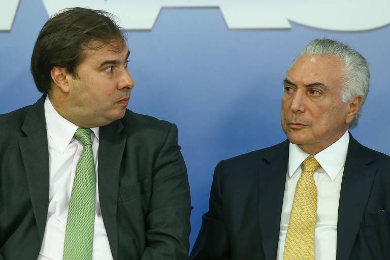 O presidente da Câmara, Rodrigo Maia, ao lado do presidente Michel Temer, durante cerimônia de assinatura de decreto de intervenção na área de segurança do Rio, no Palácio do Planalto