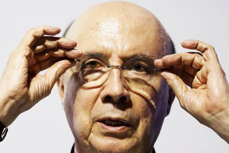 Henrique Meirelles ajeitando os óculos
