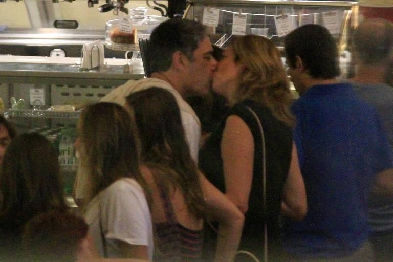 William Bonner beija sua namorada em dia de cinema no Shopping da Gavea na zona sul do Rio