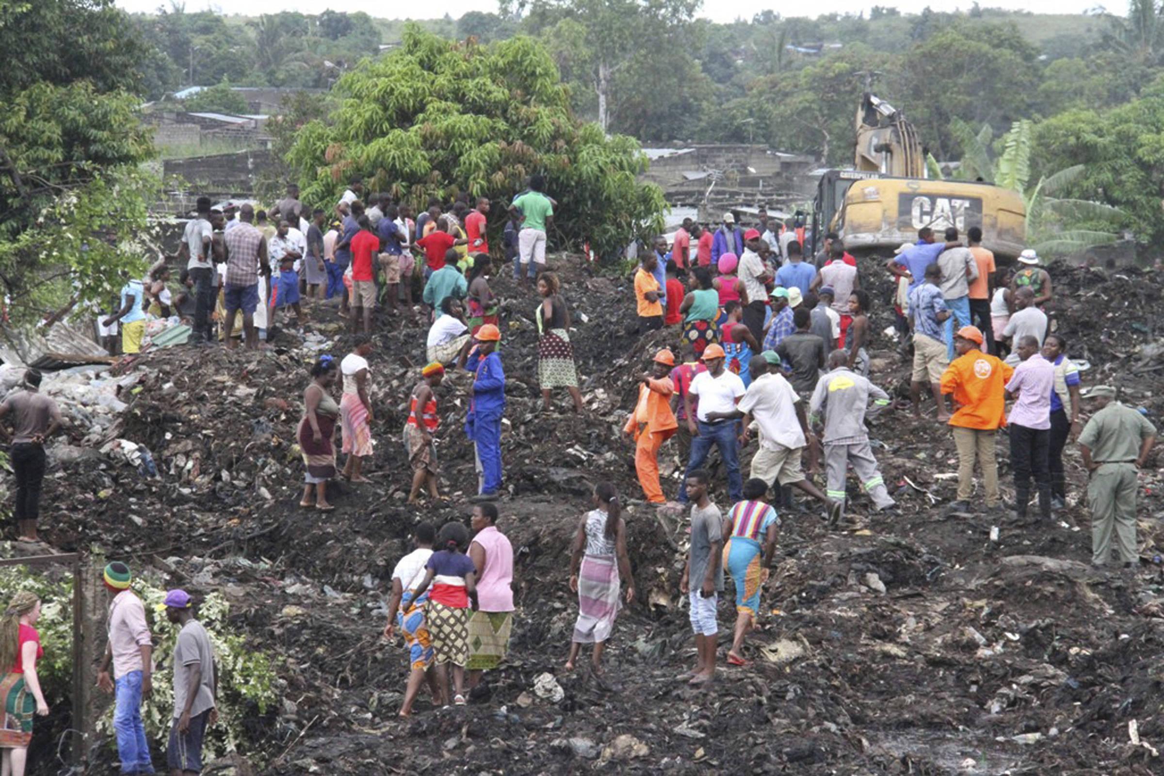 Deslizamento de monte de lixo mata 17 em Moçambique