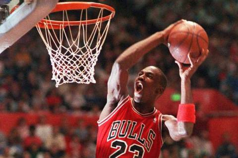 ORG XMIT: 253101_1.tif Basquete masculino - NBA 1997: Michael Jordasn, do Chicago Bulls, participa de concurso de enterradas em Seattle.   FILE--Chicago Bulls' Michael Jordan takes part in the NBA All-Star Slam Dunk contest in Seattle in this Feb. 7, 1987, file photo. Jordan made his comeback official Tuesday, Sept. 25, 2001, announcing he will return to play in the NBA and sign a two-year contract with the Washington Wizards.