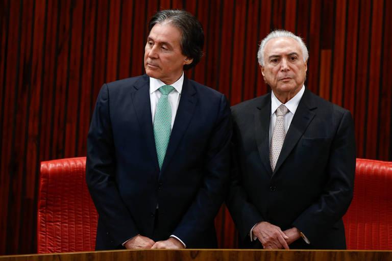 Michel Temer e Eunício Oliveira posam em cerimônia no TSE