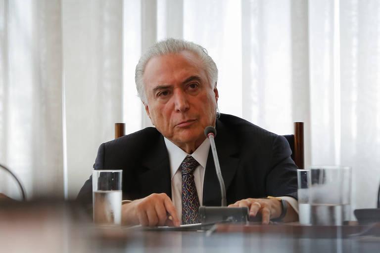 O presidente Michel Temer sentado à mesa em reunião do Conselho da República e do Conselho de Defesa Nacional