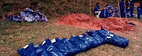 ORG XMIT: 461101_0.tif Exumação de ossadas de presos políticos encontradas em vala comum no Cemitério Dom Bosco, em Perus. (São Paulo, SP, 12.10.1990. Foto de L.C. Leite/Folhapress)